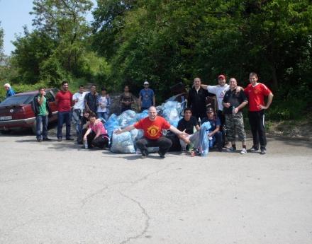 """""""Отбор на надеждата"""" и феновете на """"Юнайтед"""" почистиха стената на Панчаревското езеро"""